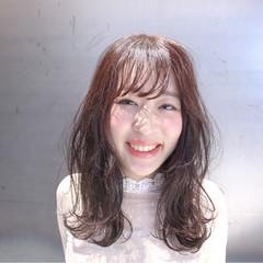 デート コーラルピンク セミロング ピンクベージュ ヘアスタイルや髪型の写真・画像