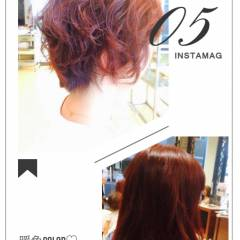 ミディアム グラデーションカラー 丸顔 レッド ヘアスタイルや髪型の写真・画像