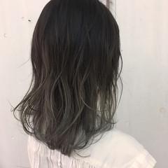 アッシュ グラデーションカラー ミルクティーベージュ ストリート ヘアスタイルや髪型の写真・画像