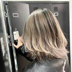 外国人風カラー ストリート グレージュ ミディアムレイヤー ヘアスタイルや髪型の写真・画像