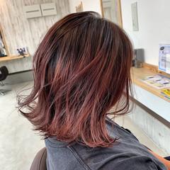 グラデーションカラー 切りっぱなしボブ ピンクベージュ ミディアム ヘアスタイルや髪型の写真・画像