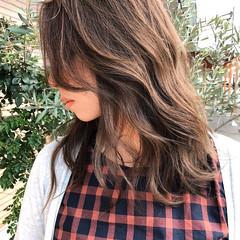 セミロング ゆるふわ イルミナカラー 上品 ヘアスタイルや髪型の写真・画像