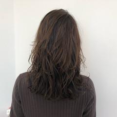 セミロング ナチュラル レイヤーカット アッシュグレージュ ヘアスタイルや髪型の写真・画像