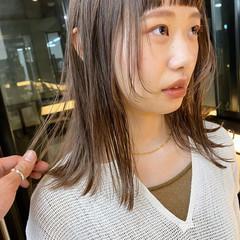 ミディアムレイヤー ミルクティー ハイトーン ウルフカット ヘアスタイルや髪型の写真・画像