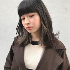 ロブ インナーカラー グレージュ フェミニン ヘアスタイルや髪型の写真・画像