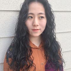 アッシュ センターパート パーマ 暗髪 ヘアスタイルや髪型の写真・画像
