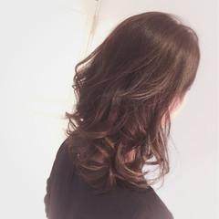 アッシュグレージュ ミディアム 外国人風 巻き髪 ヘアスタイルや髪型の写真・画像