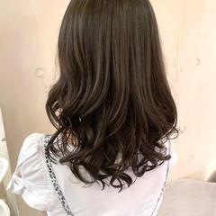 ゆるふわパーマ コテ巻き風パーマ ヘルシー フェミニン ヘアスタイルや髪型の写真・画像