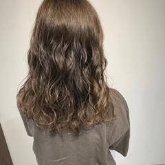 極細ハイライト グレージュ セミロング ナチュラル ヘアスタイルや髪型の写真・画像