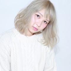 ミディアム ゆるふわ フェミニン ホワイト ヘアスタイルや髪型の写真・画像