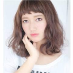 ミディアム モード オン眉 ガーリー ヘアスタイルや髪型の写真・画像