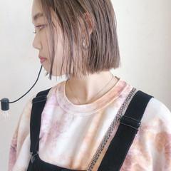 ショートボブ ベージュ ミルクティーベージュ 切りっぱなしボブ ヘアスタイルや髪型の写真・画像