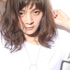 くせ毛風 暗髪 外国人風 パーマ ヘアスタイルや髪型の写真・画像