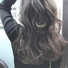 波ウェーブ ハイライト セミロング グレー ヘアスタイルや髪型の写真・画像