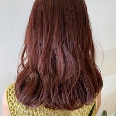 ガーリー セミロング ピンクブラウン チェリーピンク ヘアスタイルや髪型の写真・画像