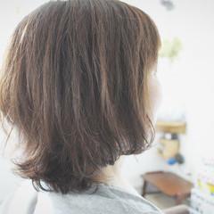 アッシュ ミディアム ナチュラル アッシュベージュ ヘアスタイルや髪型の写真・画像