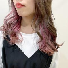 セミロング ブラウンベージュ ベリーピンク インナーカラー ヘアスタイルや髪型の写真・画像