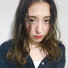 前髪あり 外国人風 くせ毛風 セミロング ヘアスタイルや髪型の写真・画像