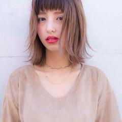 ウルフレイヤー 透明感カラー ミディアムレイヤー ミルクティーベージュ ヘアスタイルや髪型の写真・画像