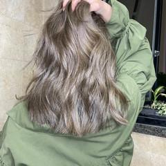 ラベンダーカラー ミディアムレイヤー 透明感カラー ミルクティーベージュ ヘアスタイルや髪型の写真・画像