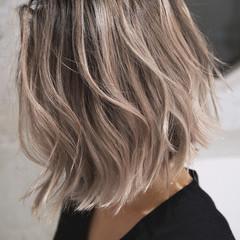 グレージュ ハイライト ローライト バレイヤージュ ヘアスタイルや髪型の写真・画像