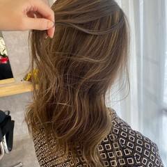 大人ハイライト ゆるウェーブ セミロング 極細ハイライト ヘアスタイルや髪型の写真・画像