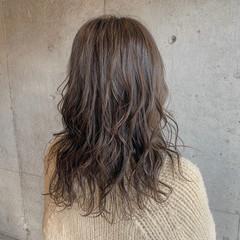 極細ハイライト オリーブアッシュ コテ巻き ナチュラル ヘアスタイルや髪型の写真・画像