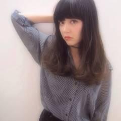 セミロング 春 暗髪 ガーリー ヘアスタイルや髪型の写真・画像
