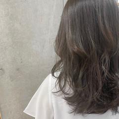 ブリーチカラー ナチュラル ミディアム ダークグレー ヘアスタイルや髪型の写真・画像