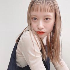 インナーカラー 前髪 前髪パッツン ミディアム ヘアスタイルや髪型の写真・画像