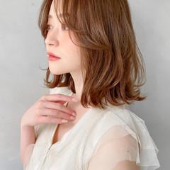 ナチュラル ゆるふわパーマ 流し前髪 くびれカール ヘアスタイルや髪型の写真・画像