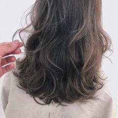 フェミニン セミロング ハイライト アッシュベージュ ヘアスタイルや髪型の写真・画像
