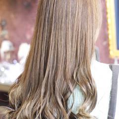 ナチュラル ダブルカラー ロング ミルクティーベージュ ヘアスタイルや髪型の写真・画像
