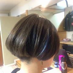 暗髪 刈り上げ ネイビー インナーカラー ヘアスタイルや髪型の写真・画像