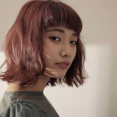 ナチュラル ピンク 切りっぱなし 前髪あり ヘアスタイルや髪型の写真・画像