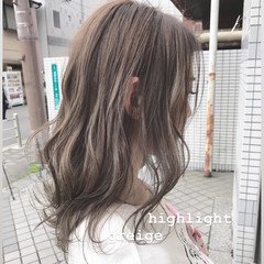 グレージュ ハイライト ナチュラル セミロング ヘアスタイルや髪型の写真・画像
