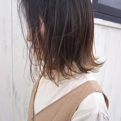 ミディアム グレージュ バレイヤージュ 外ハネ ヘアスタイルや髪型の写真・画像