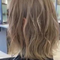 フェミニン ミディアム プラチナブロンド ブロンドカラー ヘアスタイルや髪型の写真・画像
