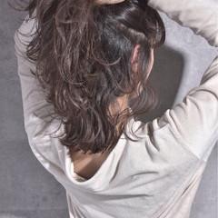 バレイヤージュ ハイライト グレーアッシュ ナチュラル ヘアスタイルや髪型の写真・画像