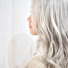 ホワイトシルバー ホワイトブリーチ セミロング ホワイトカラー ヘアスタイルや髪型の写真・画像