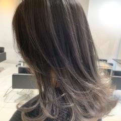 シルバーアッシュ ミディアム シルバーグレイ バレイヤージュ ヘアスタイルや髪型の写真・画像