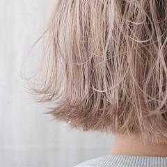 外国人風カラー ミルクティーベージュ 切りっぱなしボブ ショート ヘアスタイルや髪型の写真・画像