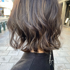 フェミニン ミディアム ブラウンベージュ アッシュグレージュ ヘアスタイルや髪型の写真・画像