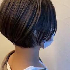 ショートボブ 透明感カラー オリーブカラー 耳掛けショート ヘアスタイルや髪型の写真・画像