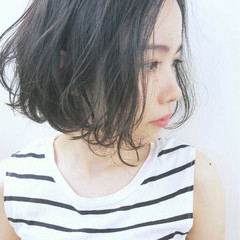 ショートボブ パーマ くせ毛風 ナチュラル ヘアスタイルや髪型の写真・画像