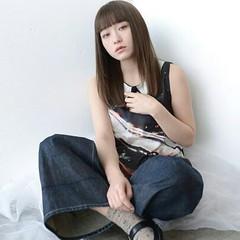 アッシュ ストレート ナチュラル 前髪あり ヘアスタイルや髪型の写真・画像