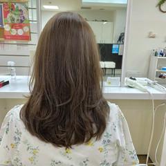 ワンカールスタイリング オリーブカラー コテ巻き ナチュラル ヘアスタイルや髪型の写真・画像