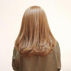 フェミニン ミディアム ワンカール ミルクティーベージュ ヘアスタイルや髪型の写真・画像