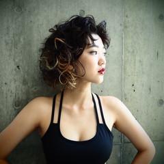 ピュア パーマ 黒髪 グラデーションカラー ヘアスタイルや髪型の写真・画像