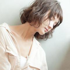 ミルクティー 大人女子 ウェーブ 外国人風 ヘアスタイルや髪型の写真・画像